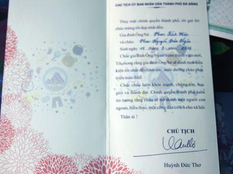Chu tich Da Nang den tan nha trao giay khai sinh cho cong dan 'nhi' - Anh 3