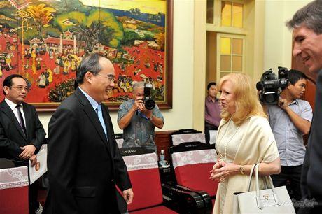 Chu tich Nguyen Thien Nhan tiep Pho Chu tich Ha vien Anh - Anh 4