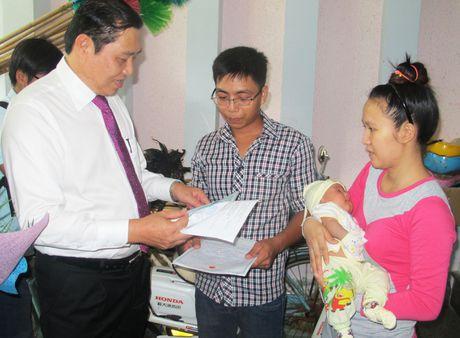 Chu tich Da Nang trao giay khai sinh tan nha cho em be - Anh 1