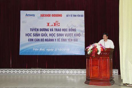 Bao Suc khoe&Doi song trao tang hoc bong cho con em can bo nganh y te Yen Bai - Anh 1