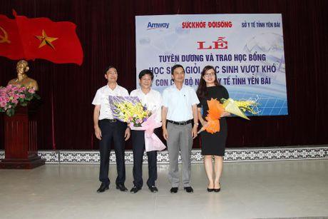 Bao Suc khoe&Doi song trao tang hoc bong cho con em can bo nganh y te Yen Bai - Anh 2