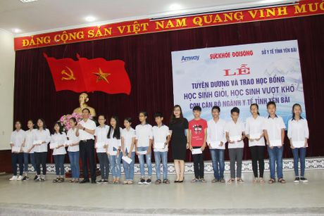 Bao Suc khoe&Doi song trao tang hoc bong cho con em can bo nganh y te Yen Bai - Anh 3