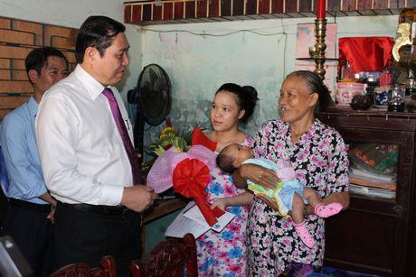 Chu tich Da Nang den tan nha trao giay khai sinh cho tre em - Anh 1