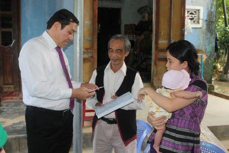 Chu tich Da Nang den tan nha trao giay khai sinh cho tre em - Anh 2