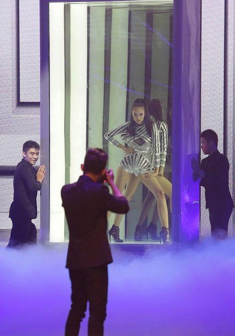 Vietnam's Next Top Model: Vi sao co gai cao 1m54 khong the la quan quan? - Anh 3