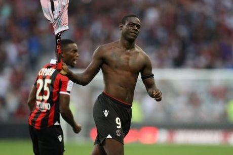 Balotelli lai gay soc khi ghi ban, coi ao an mung va bi truat quyen thi dau - Anh 1