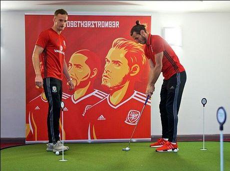 Bale va cac dong doi xu Wales cung nhau choi golf - Anh 1