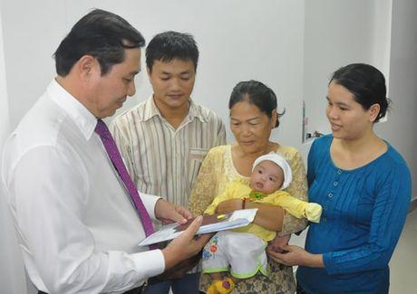 Lanh dao TP Da Nang den tan nha trao giay khai sinh, so ho khau va BHYT cho tre - Anh 1