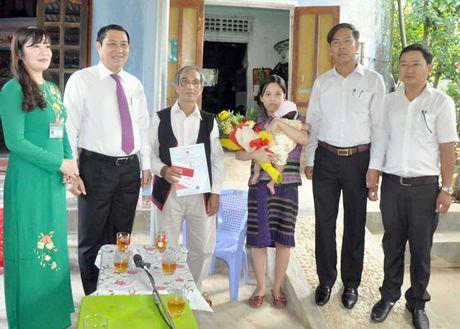 Lanh dao TP Da Nang den tan nha trao giay khai sinh, so ho khau va BHYT cho tre - Anh 2