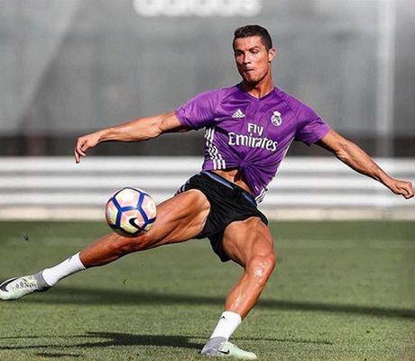 Ronaldo dat thoi han treo giay - Anh 2
