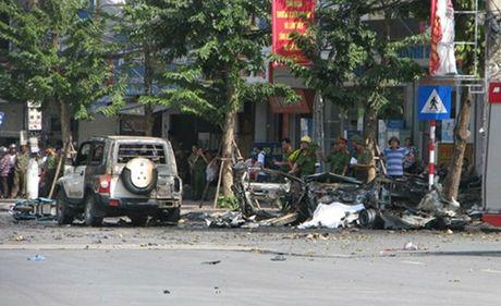 Quang Ninh: Hanh khach om bom tu che len xe taxi gay no - Anh 1