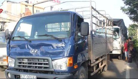 Ba xe tai va xe container tong lien hoan tren QL1A - Anh 1