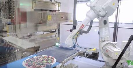 "Kinh ngac xem ""dau bep"" robot lam banh pizza - Anh 1"