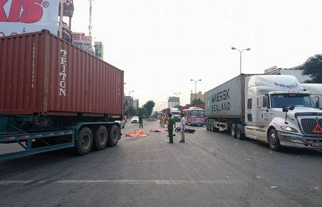 Hai Phong: Di dam ma ve, 2 anh em ruot bi xe container dam chet tham - Anh 1
