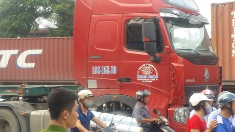 Hai Phong: Va cham xe container, hai anh em chet tham - Anh 2