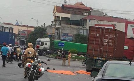 Hai Phong: 2 anh em chet tham duoi banh xe container - Anh 1