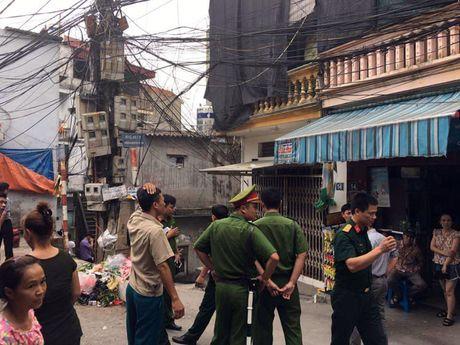 Phat hien vat the nghi la min tren pho Nguyen Khoai, Ha Noi - Anh 4