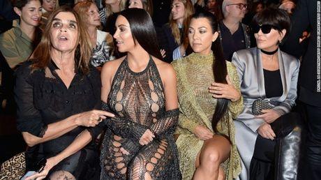 Kim Kardashian bi di sung vao dau, cuop 11 trieu USD nu trang - Anh 2