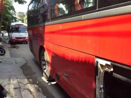 Hai Phong: De nghi xu li manh xe khach 'hon' chien truoc mat CSGT - Anh 1
