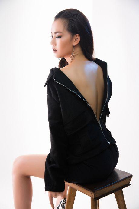 Vo Ha Tram 'lot xac' nong bong, khoe voc dang goi cam - Anh 3