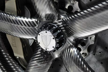 Vanh carbon ra doi nhu the nao Sau canh cua kinh trong suot tren khuon vien Dai hoc Deakin, thanh pho Waurn Ponds (Australia), hang Carbon Revolution da tao ra mot trong nhung bo phan quan trong nhat cua chiec xe the thao Shelby GT350R 2016. Voi khoi dong - Anh 10