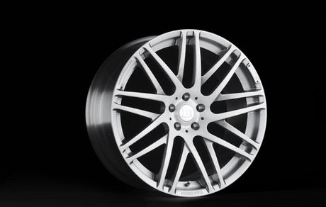 Vanh carbon ra doi nhu the nao Sau canh cua kinh trong suot tren khuon vien Dai hoc Deakin, thanh pho Waurn Ponds (Australia), hang Carbon Revolution da tao ra mot trong nhung bo phan quan trong nhat cua chiec xe the thao Shelby GT350R 2016. Voi khoi dong - Anh 1