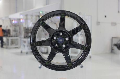 Vanh carbon ra doi nhu the nao Sau canh cua kinh trong suot tren khuon vien Dai hoc Deakin, thanh pho Waurn Ponds (Australia), hang Carbon Revolution da tao ra mot trong nhung bo phan quan trong nhat cua chiec xe the thao Shelby GT350R 2016. Voi khoi dong - Anh 3