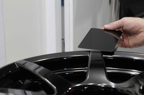 Vanh carbon ra doi nhu the nao Sau canh cua kinh trong suot tren khuon vien Dai hoc Deakin, thanh pho Waurn Ponds (Australia), hang Carbon Revolution da tao ra mot trong nhung bo phan quan trong nhat cua chiec xe the thao Shelby GT350R 2016. Voi khoi dong - Anh 9
