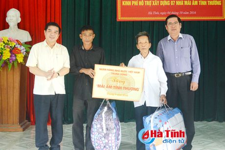 NHNN Viet Nam tang 'Mai am tinh thuong' cho nguoi ngheo Ha Tinh - Anh 1