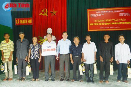 NHNN Viet Nam tang 'Mai am tinh thuong' cho nguoi ngheo Ha Tinh - Anh 2