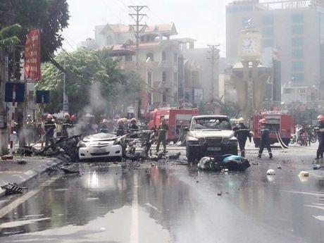 Taxi no nhu bom o Quang Ninh: Xac dinh danh tinh 2 nguoi chet - Anh 1