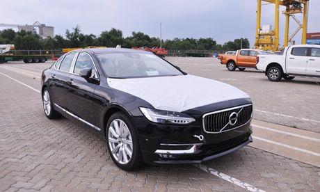 Xe la Volvo S90 2017 ve Viet Nam - doi dau Mercedes E-Class - Anh 1