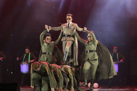 Dam Vinh Hung: O Vbiz, chi co toi chiu choi, lam duoc show nhu the - Anh 3