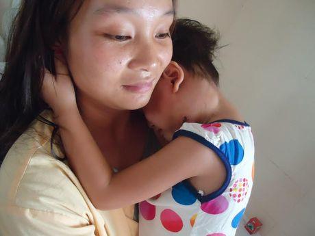 Con ung thu, bo me ban het ca ruong san cung khong co tien chua benh - Anh 2