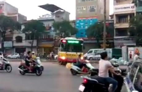 Kinh hoang xe buyt Ha Noi lao qua dai phan cach de sang duong - Anh 1
