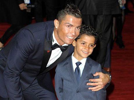 Ronaldo dong vai ball boy trong tran dau cua con trai - Anh 1