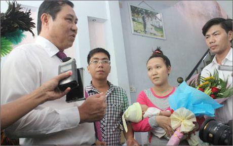 Lan dau tien, Da Nang trao giay khai sinh tan nha cho tre so sinh - Anh 1