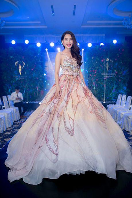 Nam Em 'khoe' trang phuc tham du Hoa hau Trai dat 2016 - Anh 7