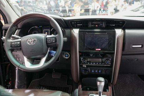 Chi tiet Toyota Fortuner 2017 - Ngoai hinh moi, dong co cu, co can bang dien tu chong lat - Anh 11