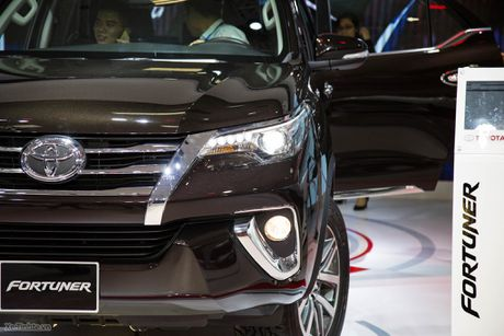 Chi tiet Toyota Fortuner 2017 - Ngoai hinh moi, dong co cu, co can bang dien tu chong lat - Anh 1