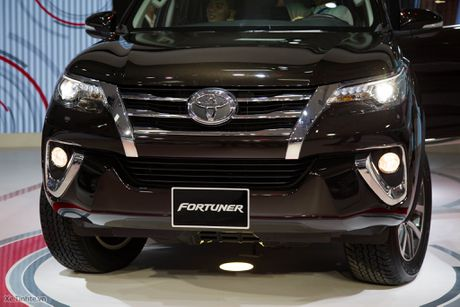 Chi tiet Toyota Fortuner 2017 - Ngoai hinh moi, dong co cu, co can bang dien tu chong lat - Anh 2