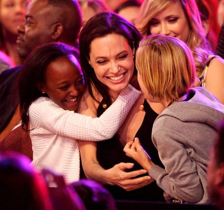 "Angelina Jolie tiep tuc ""dua con di tron"" - Anh 13"