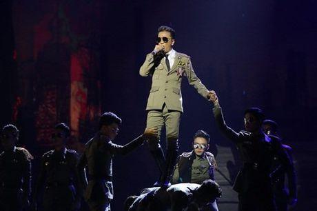 Dam Vinh Hung tao chieu tro gay tranh cai trong liveshow tien ti nhu the nao? - Anh 3