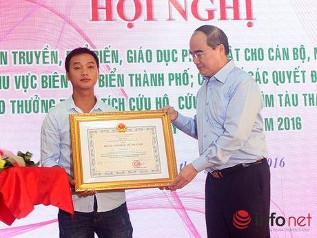 Trao Huan chuong Dung cam cho thuyen vien cuu nan nhan vu lat tau tren song Han - Anh 1