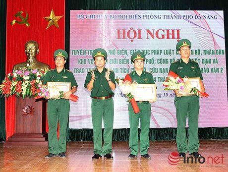 Trao Huan chuong Dung cam cho thuyen vien cuu nan nhan vu lat tau tren song Han - Anh 2