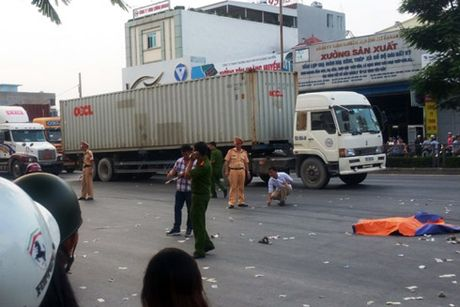 Hai anh em ruot chet tham duoi banh xe container - Anh 1