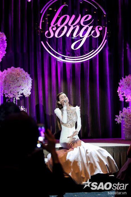 Ha Ho bien hit Son Tung thanh nhac tinh, vua hat vua khoc trong 'Love Songs' - Anh 11