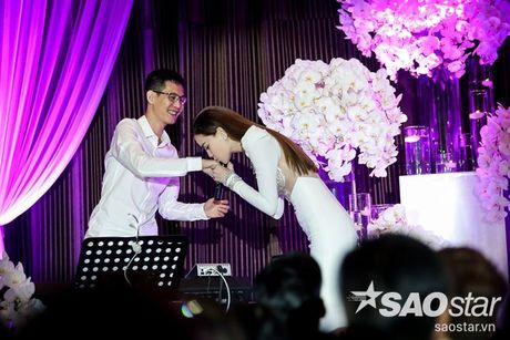 Ha Ho bien hit Son Tung thanh nhac tinh, vua hat vua khoc trong 'Love Songs' - Anh 14
