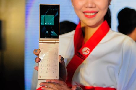 Smartphone nap gap 2 man hinh den tu Nhat Ban - Anh 5