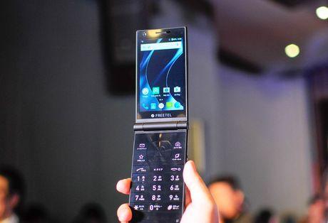 Smartphone nap gap 2 man hinh den tu Nhat Ban - Anh 7